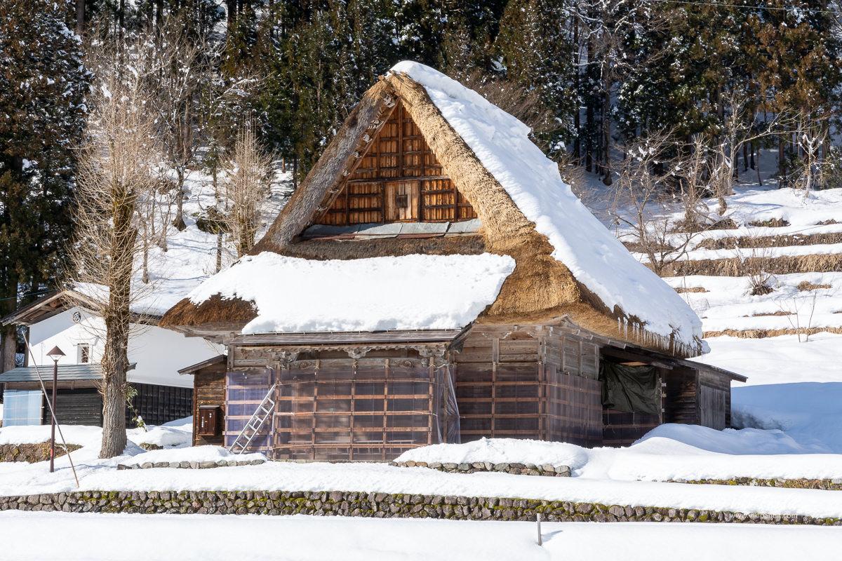 Gassho-zukuri-buildings-Ainokura