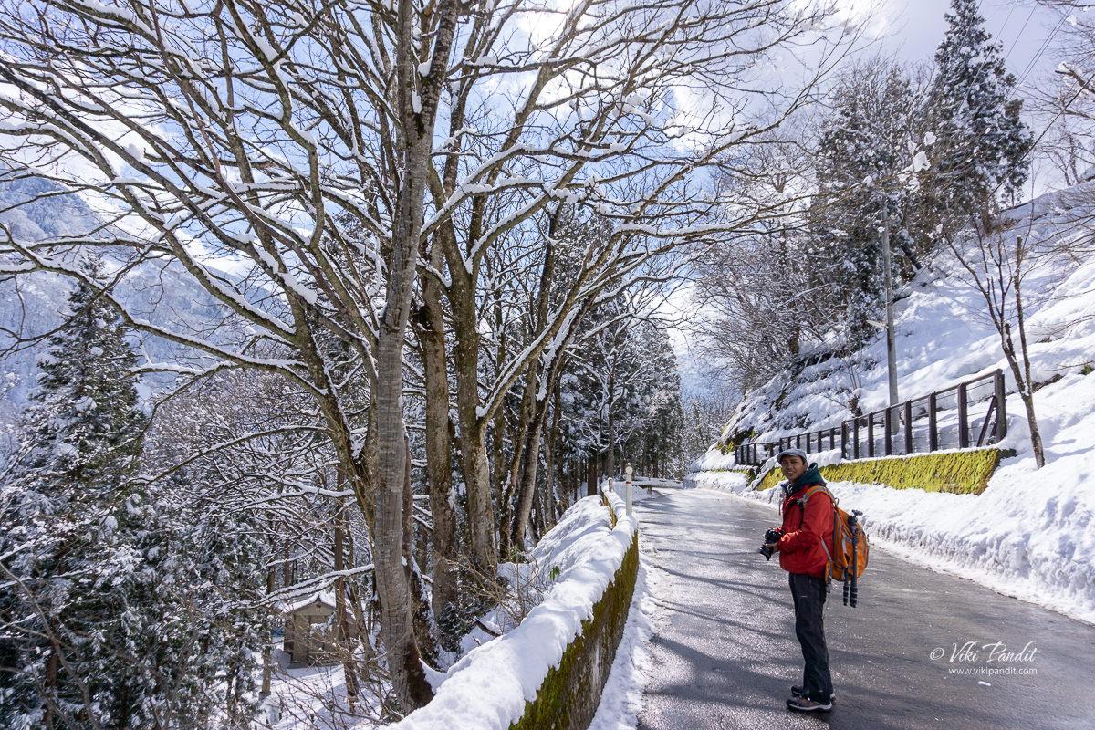 Walking to Ainokura Village