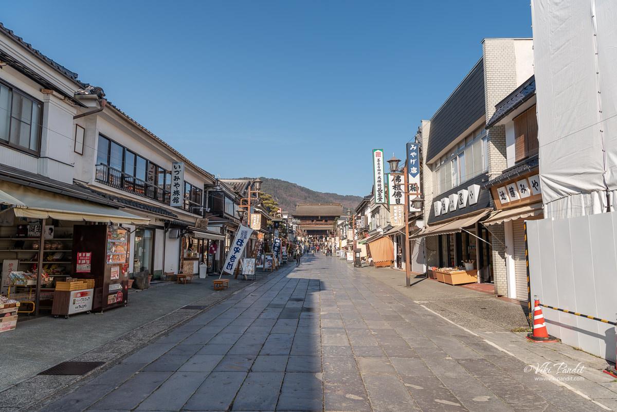 Niōmon Gate at Zenko-ji Entrance